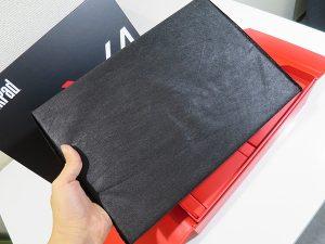 ThinkPad X1 Yoga 不織布の上からでもその軽さがわかる