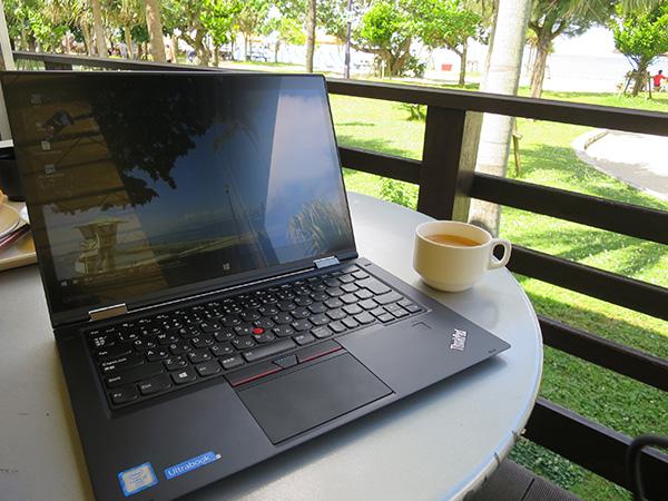 食後はコーヒーをいただきながらラップトップモードでThinkPad X1 Yoga