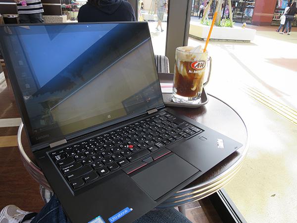カフェの窓際でThinkPad X1 Yoga 画面への反射が気になる