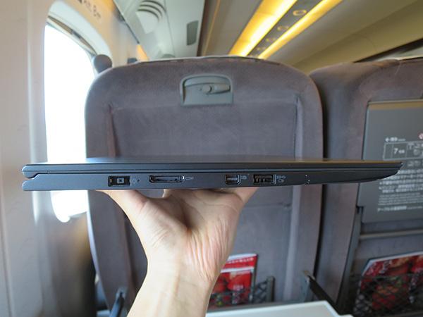 ThinkPad X1 Yogaの薄さ