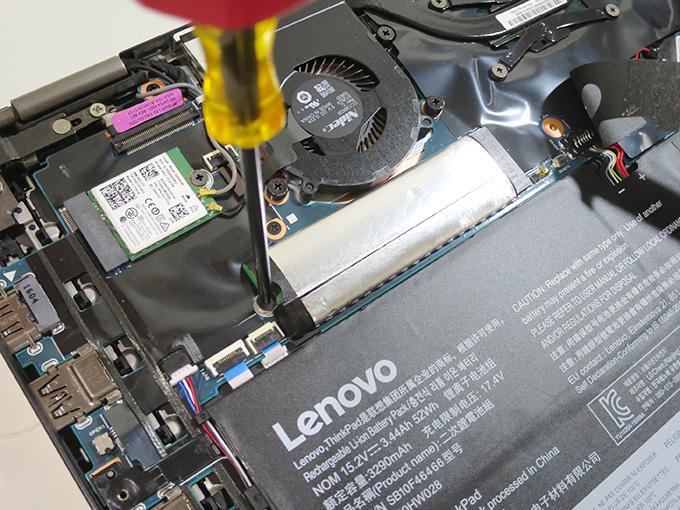 SSDのネジを緩める