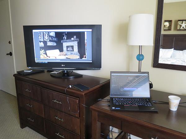 ハワイ ホテルの部屋でX1 Yogaをマルチモニタにして編集中
